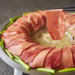 【忍牛タンねぎしゃぶ1298円(1人前)】美容成分にこだわった濃厚スープに牛タンをダイブ♪