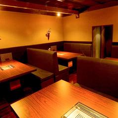 6名様用のテーブルが4つあるお部屋となっております。通常はテーブル席としてご利用いただいてますが16名様~24名様迄でご要望により個室としてご利用いただけます。会社宴会や打ち上げ,飲み会など様々シーンに活躍◎