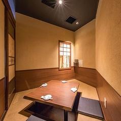 1~4名様の掘りごたつ半個室。4人が囲んでお座りいただく正方形タイプのテーブルで、会話も弾むこと間違いなし!お隣とはロールカーテンで仕切られています。