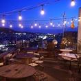 【テラス席全体】夜はきらきら光るイルミネーションが綺麗なテラス席。東山の紅葉も一望できます◎
