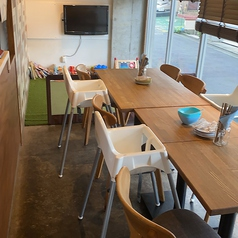 テーブル席はお子様用の椅子もあるのでごゆっくりお食事をお楽しみいただけます♪