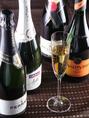 スパークリングワインは、フランス・シャンパンはもちろん甘口・辛口それぞれ、イタリアのスプマンテ、コストパフォーマンス抜群のチリ産と取り揃えております。グラス売りもございます。