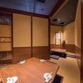 隣同士4名様用掘りごたつ半個室2席の間のロールカーテンを外して、最大8名様の扉付き完全個室にすることができます。