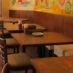 暖かみのある壁画が見えるテーブル席。