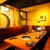4~8名テーブル席。静かなテープル席は接待など小規模なお食事に最適です!3時間のたっぷり飲み放題付きコースはもちろん、ご家族でのご利用やお酒が苦手なお客様でも十分お楽しみ頂けるソフトドリンク飲み放題付きコースもご用意しております!【横浜西口 居酒屋 個室】