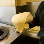《店内で手作りナン☆》なかなか見ることのない調理風景が楽しめ、作りたてのナンを召し上がれます♪