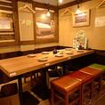 【テーブル席】レイアウト自由自在!様々なお集まりに対応(6名席×1、4名席×2)懐かしの曲が流れ、ほっこり居心地の良い空間で宴会を。人数にあわせテーブルをつなげることもできるので、会社・団体様のまとまった人数にも対応可能な空間です。最大14名様対応可能。美味しい料理とお酒で盛り上がりましょう!