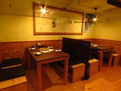 テーブル席はパーテーションを降ろして周りの目を遮ることもできます