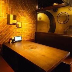 4~8名テーブル席。会社のご同僚とのちょっとした飲み会や親しい友達同士の飲み会に最適なお席です!隣のお席との距離も確保しておりますので気兼ねなくフランクに盛り上がりたい飲み会などに是非ご利用ください♪大変お得な3時間の飲み放題付きコースなど多数ご用意しております。【横浜西口 居酒屋 個室】