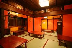 こだわりのアンティーク家具。落ち着いた雰囲気の古民家風の大広間は、ゆったりくつろげます。