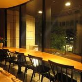 こちらは外の景色を眺めながらお食事のできるお席となっております。デートや記念日にお二人だけの空間をお過ごし頂けます。