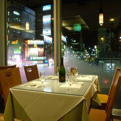 夜景を楽しむ窓際のテーブル席