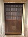 この見るからに古い扉は店内にある蔵の扉です。