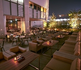 夜のテラス席は爽やかな風が吹いて気持ちよくお食事ができます。人気席なのでご予約はお早めに!