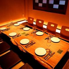 2階の純和室風の掘りごたつ席は完全個室となります。大切な会食にふさわしく、落ち着いた佇まいの中、上質の時間をお過ごし頂けます。滑らかな白椋の木のテーブルが2卓並び、床板を取って机を繋げて6名様~10名様でご利用頂くことが可能です。