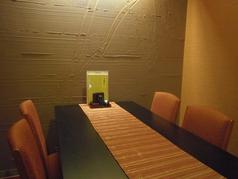 テーブルタイプの個室です。4人掛けは2卓のご用意です。