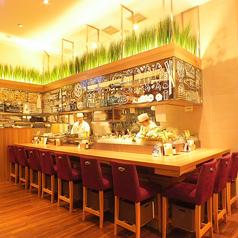 カウンター席は大人のデートにも♪BARカウンターで厳選された日本酒とワイン、地ビールをお楽しみください。