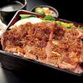 【肉重】おすすめは肉重ランチです!ジューシーな脂身と弾力のあるハラミを秘伝焼肉タレで絡めたハラミ重など、《日替わり・ハラミ・リブロース》の3種類をご用意。ランチでも、その肉質はディナーと全く遜色ありません。
