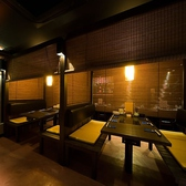 新宿で喧騒を忘れ、ゆっくりとお食事をおたのしみいただける様に工夫を施し、設計した店内。そのため照明・装飾など細部までこだわってます。ゆっくりとお食事をおたのしみください。