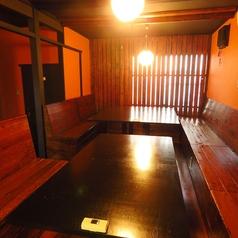 こちらは広々テーブル席。背もたれが高いタイプなので、周りの目も気にすることなくお寛ぎいただけます。