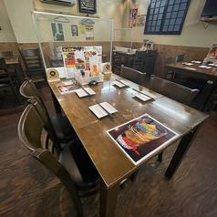 仕切り付きのテーブル席です!お席同士もソーシャルディスタンスを意識して配置しておりますのでご安心してお食事をお楽しみいただけます◎