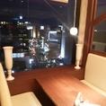 夜景も魅力。窓際のボックス席。
