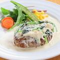 料理メニュー写真ホタテの貝柱とほうれん草のクリームソースハンバーグ