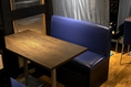 入口近くには4名様×1卓のテーブル席を完備。気軽なレストランの雰囲気を醸し出す、テーブル席をご用意しました!気軽なワイン会にご利用いただけます。仕事帰りに同僚とこだわりのチーズやワインを楽しむのに最適です♪