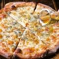 料理メニュー写真とろける4種のチーズピッツァ