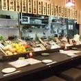 カウンターには魚介類や、旬野菜がずらり!