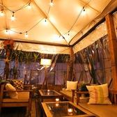 屋内テラス席(夜景が見える)の雰囲気あるソファー