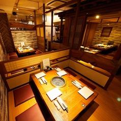 デートや記念日に最適なプライベート空間。個室1名様~ご利用可能。温かみある照明が照らす雰囲気ある個室空間は、女性にも人気の個室席となっております。横浜でのデートやご友人との飲み会、女子会などにもおすすめの空間です。