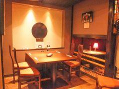 4名用のテーブル席、カウンターそばです