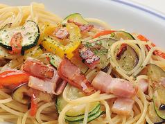 料理メニュー写真彩り野菜のペペロンチーノスパゲッティ