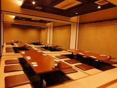【2階】最大65名様まで可能。仕切りを入れて、10~20名様の宴会も可能になります。