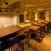 開放的なカフェ風テーブル席☆大人数の貸切も対応可能です♪どのシチュエーションにも大活躍♪【梅田 居酒屋  完全個室 誕生日 女子会 チーズ  チーズタッカルビ 食べ放題 飲み放題】
