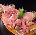 料理メニュー写真絶品黒毛和牛の肉船盛り