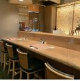 【感染症対策3】カウンター席やテーブル席にパーテーションを設置しております。