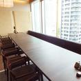 VIP席の窓際個室のテーブル席。16名様まで。当店は少人数でのプライベート宴会から大人数、最大50名様の大規模宴会まで様々なお客様、シーンに合わせてご対応致します!個室席は一つの個室を仕切り少人数対応にする事や、複数の個室をつなげて大人数に対応することもできますのでお気軽にご相談ください。