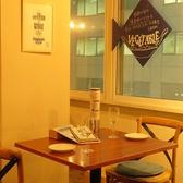 2名様のテーブル席。テーブルの間隔もゆったりしているので、デートにもぴったり。