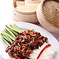 料理メニュー写真クレープ包みの豚細切甜麺醤炒め(小2枚/大4枚)/牛肉細切とにんにくの芽炒め