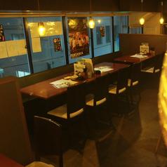 普段の一杯から各種の団体宴会まで、テーブル席でご対応可能です。最大宴会は67名様まで可能です。喫煙も可能な店内で時間を気にせずご宴席をお過ごしください。平日は24時まで営業♪営業時間いっぱい飲んでも駅徒歩1分で帰りも安心です。冷たいビールとお得な串焼きでずっとご宴会!