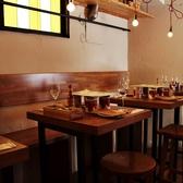 【会社宴会などグループに♪】店内奥のテーブル席。2名様~最大10名様までお座りいただけます。