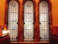レトロなステンドグラス。支配人お気に入りの作品の一つです。
