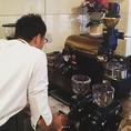 店内でこだわりのコーヒー豆を自家焙煎しています。