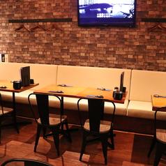 1F:移動・連結可能なテーブル席です。お客様の人数に合わせてお席をご用意いたします。