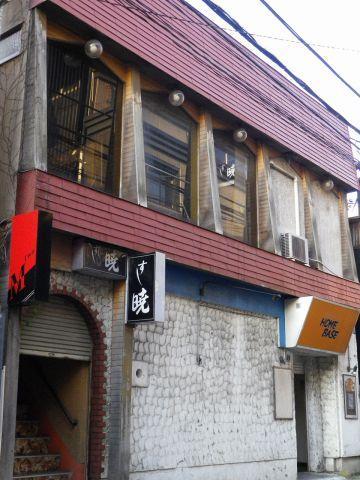 落ち着いた雰囲気が漂っている店構え。深夜に美味しい寿司を食べながらスポーツ観戦!