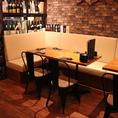 1F:移動・連結可能なテーブル席です。お客様の人数に合わせてお席をご用意いたします。同タイプが2卓あります。