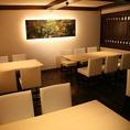落ち着きのある雰囲気は、家族でのお食事会にも。4席×2テーブル、6席×2テーブルあり、最大20名様までOK。