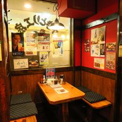 【テーブル:2名席(1卓)】カップル・友人・お一人様・お二人様の飲み会の際におススメのお席です。赤土色の壁と様々なポスターが昔ながらの懐かしいTHE居酒屋。混雑時は2時間制となります。ご了承ください。